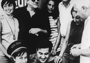 Com o Quarteto em Cy, Aloisio Oliveira e Dorival Caymmi na porta da Boate Zum Zum